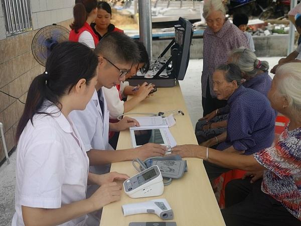 村医通过设备包为村民体检.jpg