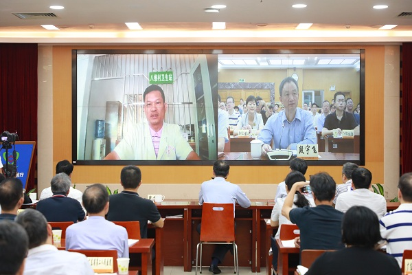 发布会现场省卫生健康委主任段宇飞与村医对话.jpg