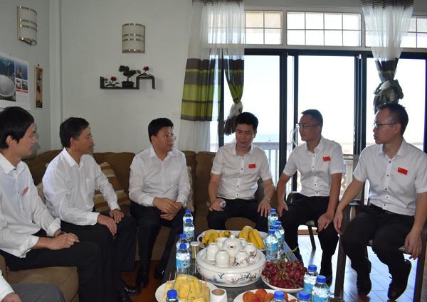 王贺胜主任(左3)与援多医疗队员座谈.png