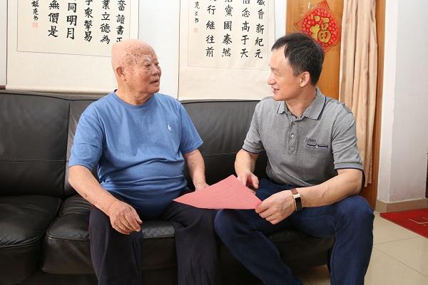 慰问为国家做出突出贡献的老年人代表黄镇尧.JPG