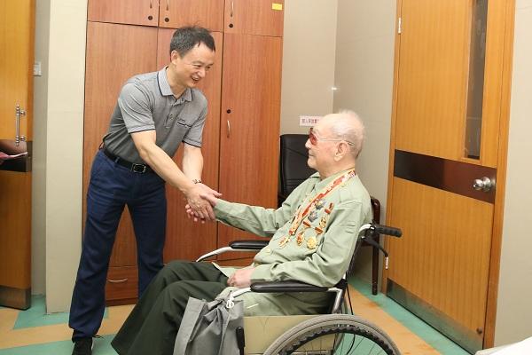 慰问为国家做出突出贡献的老年人代表贾献图.JPG