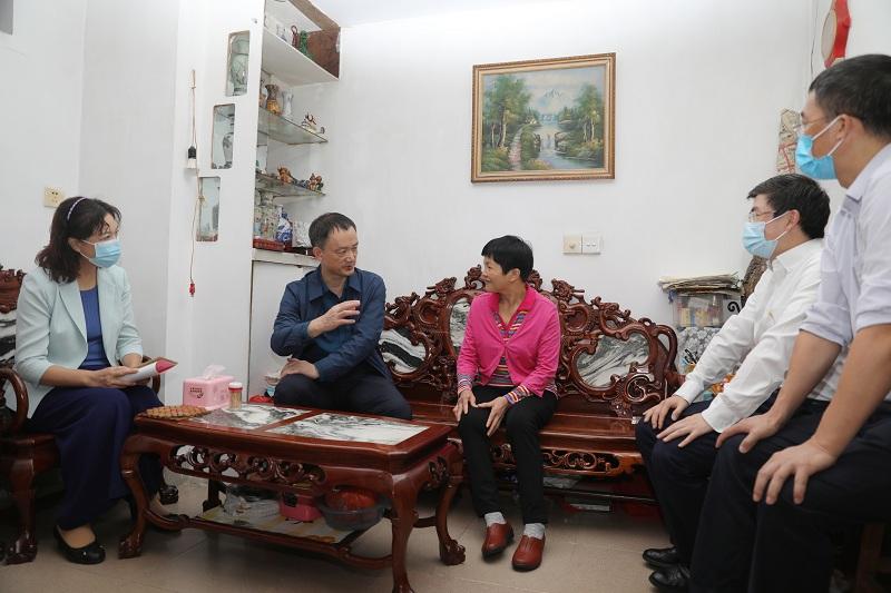 wf54in1336us冯钊妮_慰问珠光街道海傍社区困难老年人代表.JPG