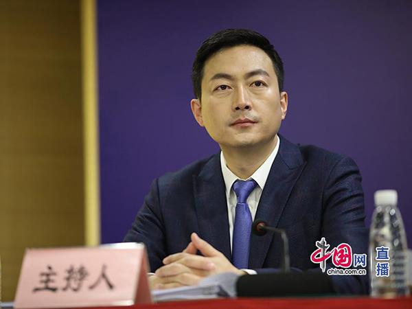 国家卫生健康委宣传司新闻网络处处长刘哲峰主持新闻发布会.jpg
