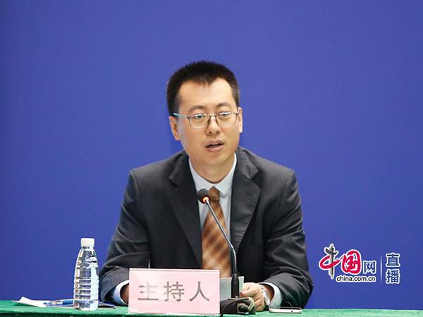 600-国家卫生健康委员会宣传司新闻处副处长成义主持发布会.jpg