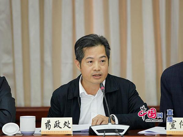 10-广东省卫生计生委药政处处长吴景赠回答记者提问.jpg