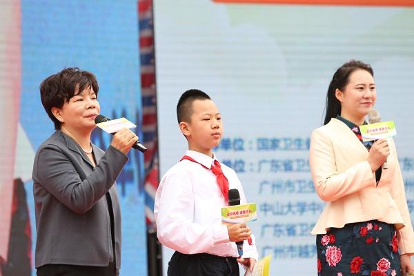 教师、学生、家长代表发出爱眼倡议.jpg