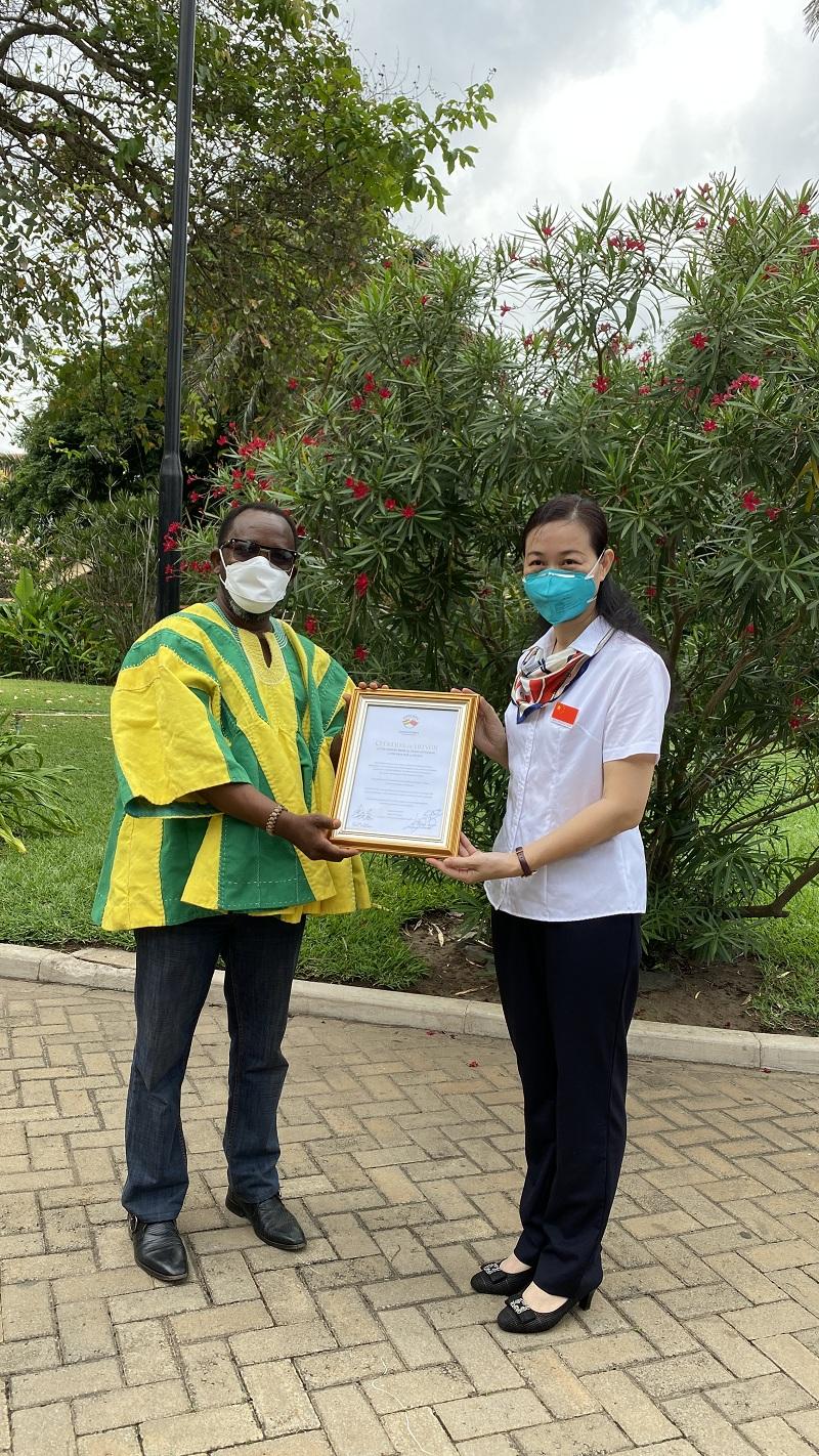 颁发加纳友好协会荣誉证书.jpg